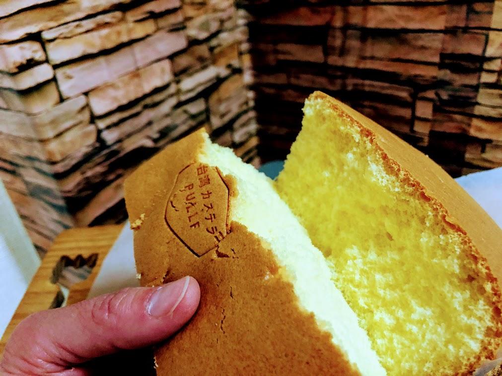 割ってみるとふわふわな台湾カステラ